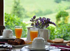 Moemento-desayuno-Hotel-Puerta-del-Oriente